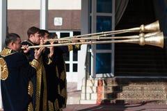 塔什干乌兹别克斯坦- 2011年12月9日:播放karnay的传统长袖衣服的音乐家人 图库摄影