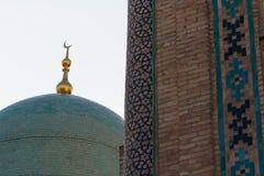 塔什干,乌兹别克斯坦- 2011年12月9日:在Hast阿訇正方形的历史塔 免版税库存照片