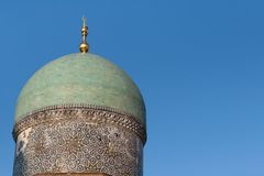 塔什干,乌兹别克斯坦- 2011年12月9日:在Hast阿訇正方形的历史塔 库存照片