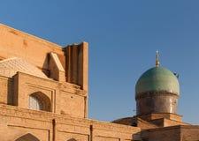 塔什干,乌兹别克斯坦- 2011年12月9日:在Hast阿訇正方形的历史大厦 图库摄影