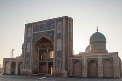 塔什干,乌兹别克斯坦- 2011年12月9日:在Hast阿訇正方形的历史大厦 免版税库存照片