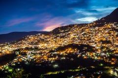 塔克斯科,墨西哥- 2018年10月29日 与桃红色云彩的夜照片 库存照片