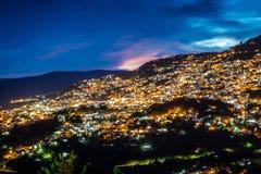 塔克斯科,墨西哥- 2018年10月29日 与桃红色云彩的夜照片 库存图片