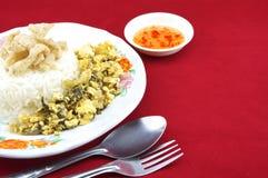 什塔克菇快餐和鸡蛋油煎了与叉子的腌汁 图库摄影