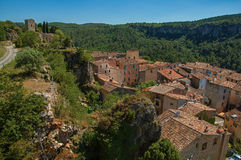 塔全景在小山顶部的与在底下Châteaudouble村庄 免版税库存图片