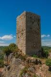 塔全景在小山顶部的晴天和Châteaudouble 免版税库存图片