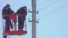 塔变动的TExperienced电工在电支持的导线 影视素材