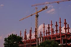 塔吊、机械和技术现代建筑的 免版税库存照片