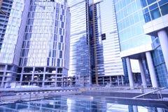 塔吊修建大住宅和办公楼在日落时间 免版税图库摄影