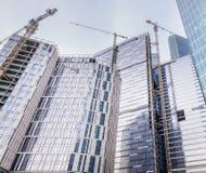 塔吊修建大住宅和办公楼 库存图片