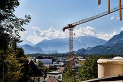 塔吊和大厦反对山和天空 库存照片