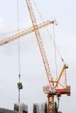 塔吊和工作者倾吐的混凝土在建造场所 免版税库存照片