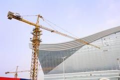塔吊在建造场所 免版税库存照片