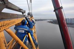 塔吊运作的三角帆安装与移动式起重机 免版税库存照片