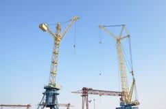 塔吊 反对蓝天的桥式起重机 免版税库存图片