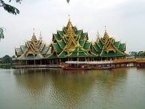 塔和一座桥梁在一个湖在古老泰国,曼谷,泰国,亚洲 免版税库存图片
