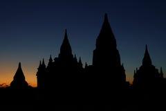 塔和寺庙在晚上在Bagan 免版税图库摄影