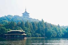 塔和小船在西湖 库存照片