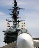 塔和标志和在中途的USS的喷气式歼击机 库存图片
