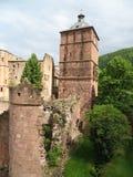 塔和海得尔堡城堡被破坏的墙壁  免版税库存照片