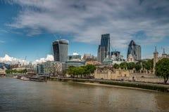 塔和现代大厦变动伦敦 图库摄影