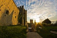 塔和皮兰城市墙壁日落的,沿海城市在Istria 库存照片