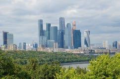 塔商业中心`莫斯科城市`夏天视图  免版税图库摄影