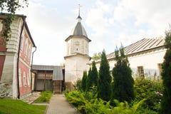 塔在一个古老修道院的公园 免版税图库摄影