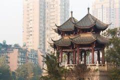 塔在成都街市在雾-中国 免版税库存图片