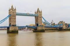 塔在雨天,伦敦的桥梁视图 免版税库存照片