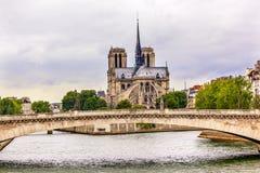 塔塞纳河桥梁巴黎圣母院巴黎法国 免版税库存图片