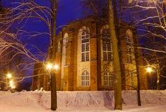 塔尔图大教堂被恢复的部分在一个冬天多雪的晚上 图库摄影