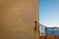 塔尔图市立图书馆的墙壁和塔尔图老镇的看法  免版税库存图片