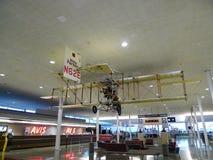 塔尔萨国际机场在显示的古董飞机 图库摄影