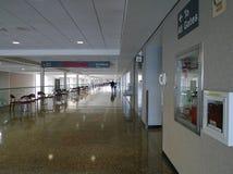 塔尔萨国际机场走廊和标志对门 库存照片