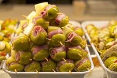 塔帕纤维布用橄榄、火腿和乳酪 图库摄影