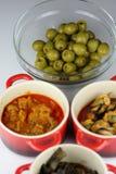 塔帕纤维布和橄榄色的碗 库存图片