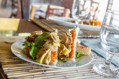 塔帕纤维布开胃菜在小室外餐馆 库存照片
