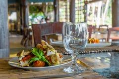 塔帕纤维布开胃菜在小室外餐馆 免版税库存照片