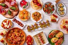 塔帕纤维布混合和pinchos食物从西班牙 免版税库存照片