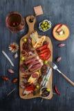 塔帕纤维布从西班牙jamon iberico lomo乳酪火腿加调料的口利左香肠橄榄的香肠混合 库存图片