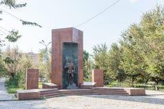 塔拉兹,哈萨克斯坦- 2016年8月14日:纪念碑下落的战士 库存照片