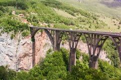 塔拉桥梁是在塔拉河的一座具体曲拱桥梁 免版税库存图片