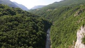 塔拉河黑山峡谷塔拉杜米托尔国家公园地区 锁着的移动式摄影车击落了 山河夏日,空中birdseye 股票视频