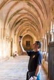 塔拉贡纳,西班牙- 2017年10月4日:一个人在塔拉贡纳天主教徒大教堂里拍摄内部 复制文本的空间 Vertica 库存图片