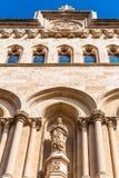 塔拉贡纳,西班牙- 2017年10月4日:在塔拉贡纳大教堂宽容大教堂的大厦的门面的雕象sunn的 免版税图库摄影