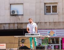 塔拉贡纳,西班牙- 2017年9月17日:在遥控后的DJ,户外 复制文本的空间 免版税库存图片