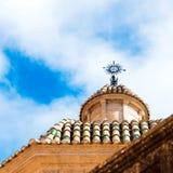 塔拉贡纳,西班牙- 2017年10月4日:塔拉贡纳大教堂宽容大教堂在一个晴天 复制文本的空间 底视图 库存照片