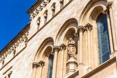 塔拉贡纳,西班牙- 2017年10月4日:塔拉贡纳大教堂宽容大教堂的大厦的门面的看法晴朗的 库存图片