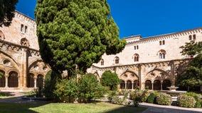 塔拉贡纳,西班牙- 2017年10月4日:塔拉贡纳大教堂宽容大教堂的庭院的看法在一个晴天 复制温泉 图库摄影